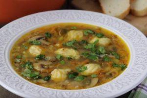 Пісний гречаний суп з грибами і картопляними галушками