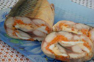 Рулет зі скумбрії з морквою та яйцем