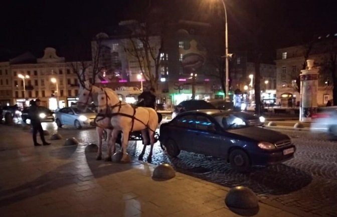 В центрі Львова карета в'їхала в автівку. Відео