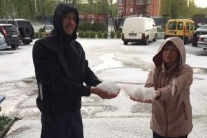 Великдень зі снігом. На Львівщині випав град, завбільшки з куряче яйце