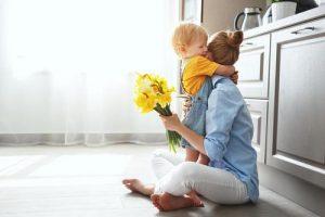 «Частіше фотографуйте нас з дітьми»: звернення молодої матері до батьків
