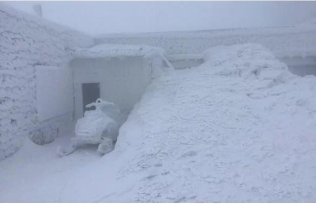 Засніжена обсерваторія на горі Піп Іван