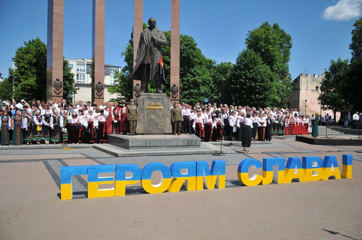 У Львові урочистою ходою відзначили Свято Героїв