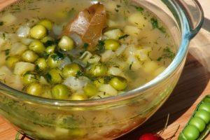 Весняний суп із зеленим горошком і зеленню