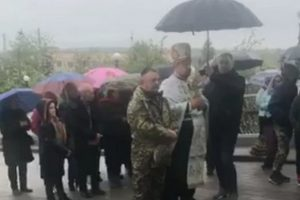 «Це наша земля»: монахи УПЦ не впустили до Лаври АТОвця та паломників ПЦУ зі Львівщини (відео)