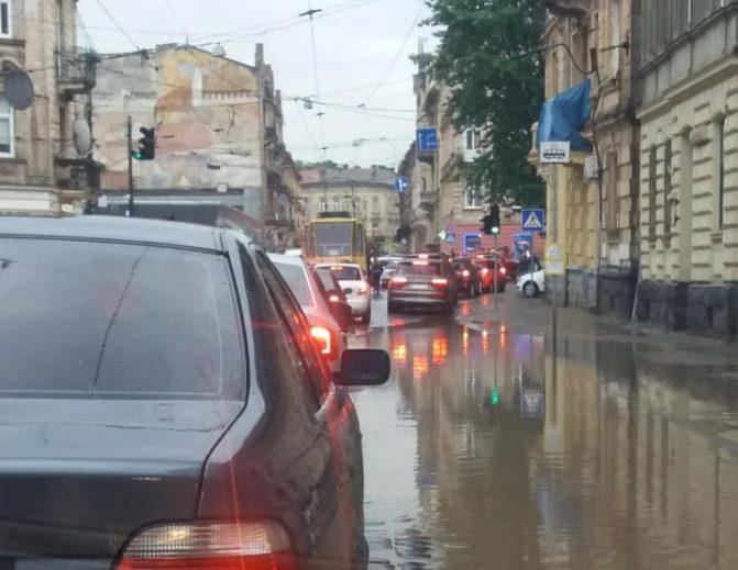 """Львів """"поплив"""" після проливних грозовищ дощів: фото, відео"""