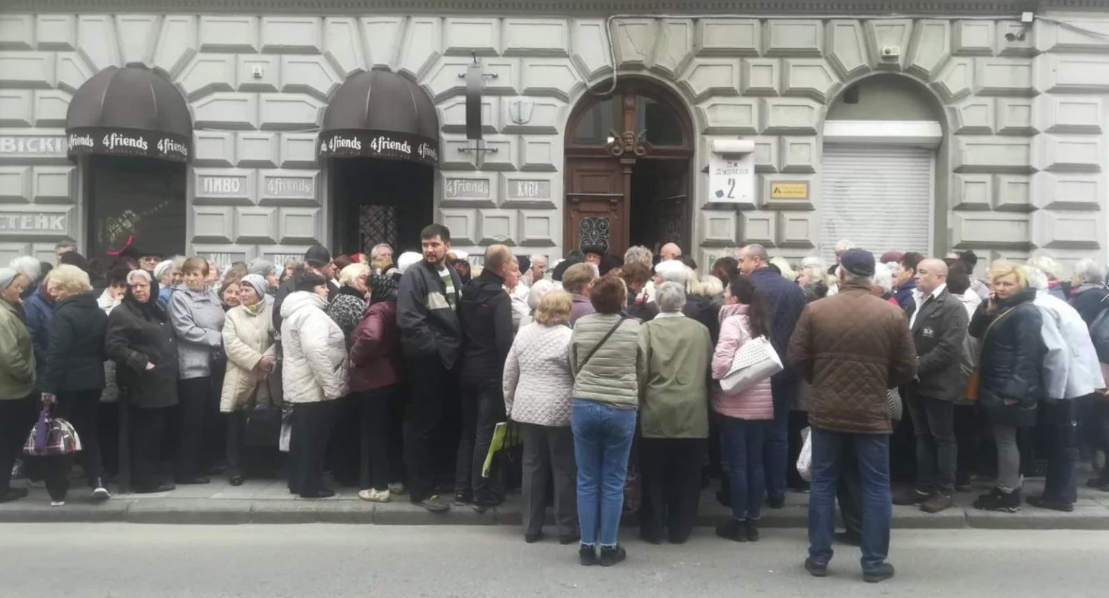 У центрі Львова виникла черга із українців, які отримують італійську пенсію