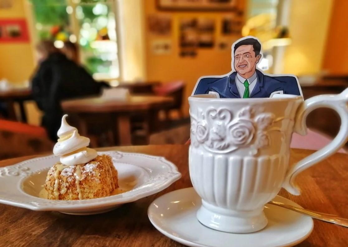 Львівське кафе подає зелений чай у пакетиках з Володимиром Зеленським