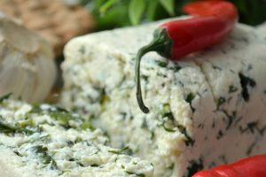 Домашній сир з травами і зеленню