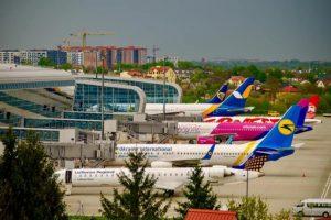 Як у львівському аеропорту неідомі порпаються у валізах пасажирів
