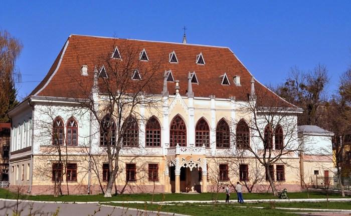Палац – одна з перших у Львові споруд раннього історизму і перша із яскраво вираженими рисами неоготики
