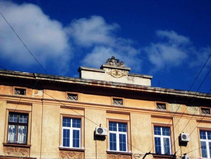 Скульптуру Фортуни на аттику приписують Гартману Вітверу і датують 1810–1815 рр. Під нею розміщена дата останньої реконструкції будинку – «1931» – та ініціали чергового власника – Юзефа Мерника (J. M.)