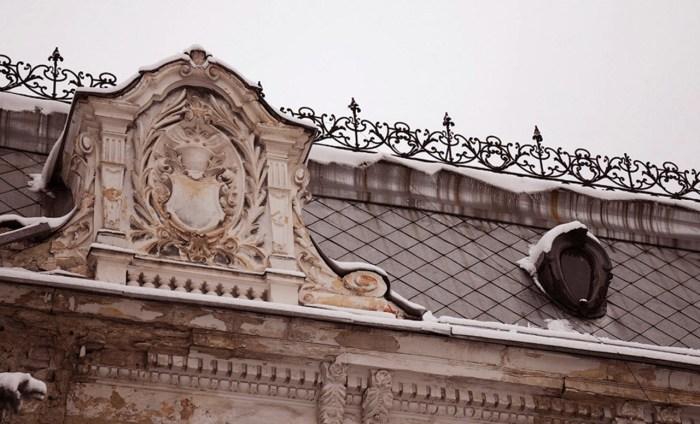 Оздобленням фасаду та інтер'єрів палацу займався скульптор Петро Віталіс Гарасимович