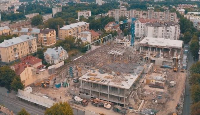 Без дерев та з аркою. Як реконструюють палац спорту «Україна» на Мельника. Відео з дрона