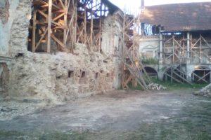 У Поморянському замку розібрали завали та облагороджують територію, – ФОТО