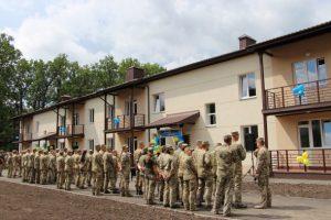 Порошенко – не президент, а житло військовим продовжує будувати