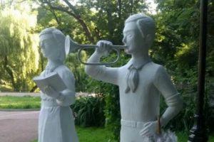 В Стрийському парку помітили скульптури піонерів (фото)