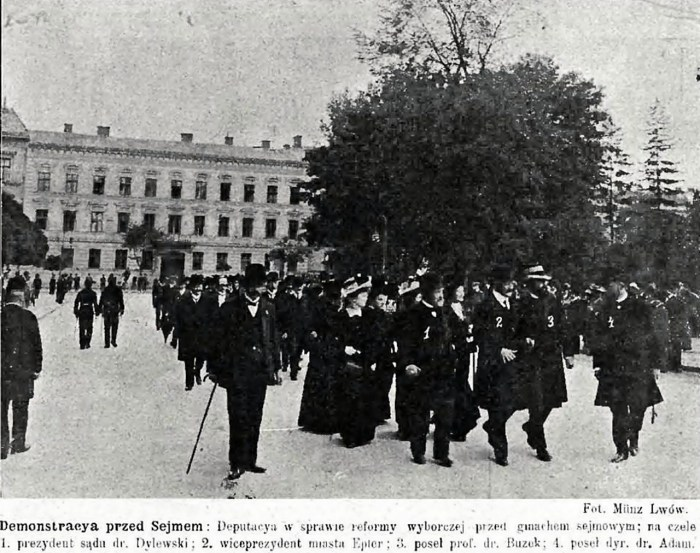 """Демонстрація перед Галицьким сеймом щодо виборчої реформи у 1909 р. Джерело: """"Nowości illustrowane"""" 1909, nr. 39"""