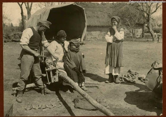 До уваги наших читачів нова знахідка часів Першої світової війни, а саме фото, які були зроблені в 1914-1918 роках на території сіл Галичини. Точна локація світлин невідома, проте в підписі до підбірки вказано, що це території Галичини.