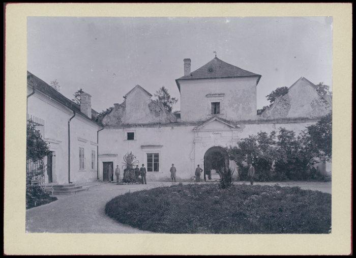 Свірзький замок на початку 20 ст. Фото 1905 року