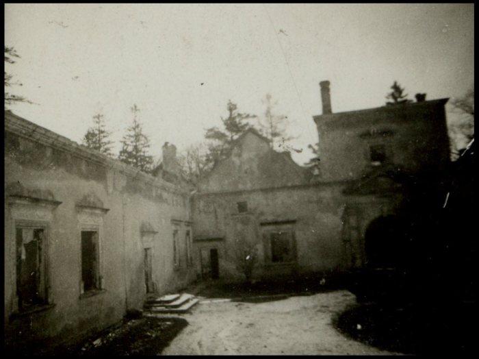 Подвір'я Свірзького замку. Фото 1914 року