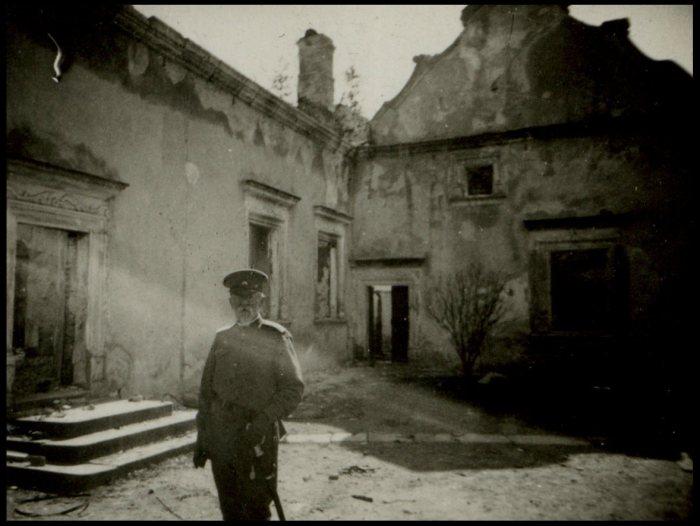 Російський офіцер в дворі Свірзького замку. Фото 1914 року.