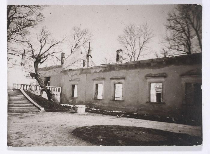 Колодязь в дворі Свірзького замку. Фото 1914 року