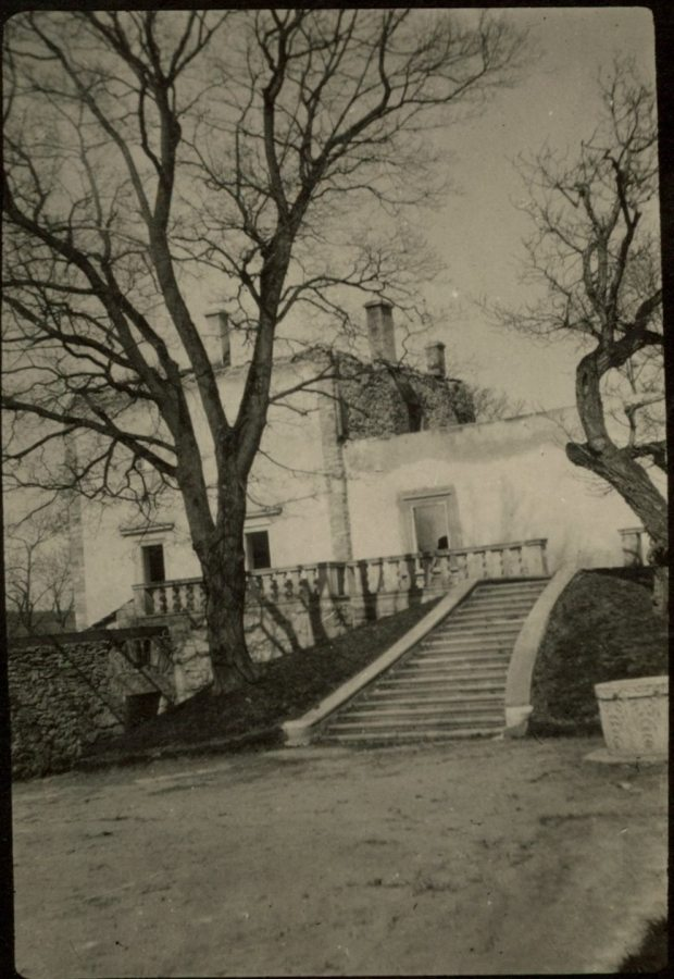 Свірзький замок. Помітно відсутність даху на будівлі, що постраждала від війни. Фото 1915 року