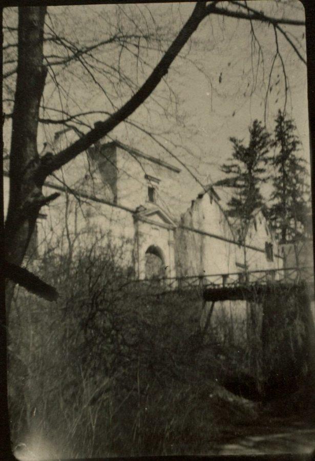 Вид з рову на місток Свірзького замку. Фото 1915 року