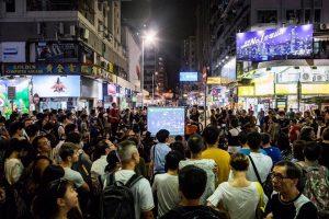 """У Гонконзі протестувальники просто неба переглядають фільм """"Зима у Вогні"""" про Революцію гідності"""