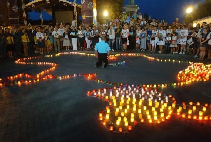 """""""Я не військовий, але я теж винний"""" – Гість з Москви став на коліна перед сім'ями українських захисників"""