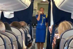 В літаку МАУ стюардеса заспівала пасажирам Гімн України (відео)