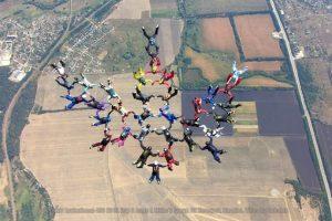 Парашутисти з 12 країн з'єдналися у тризуб в небі над Харківщиною
