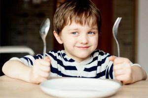 Тато знайшов чудовий спосіб змусити сина не капризувати під час їжі