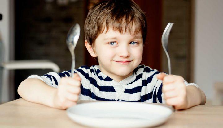 дитина за столом