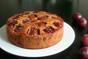 Ідеальний десерт, який подобається і дорослим, і дітям: шоколадний пиріг зі сливами – хіт цього літа