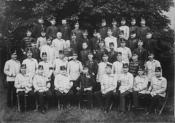 Полковник Редль в групі австро-угорських офіцерів.