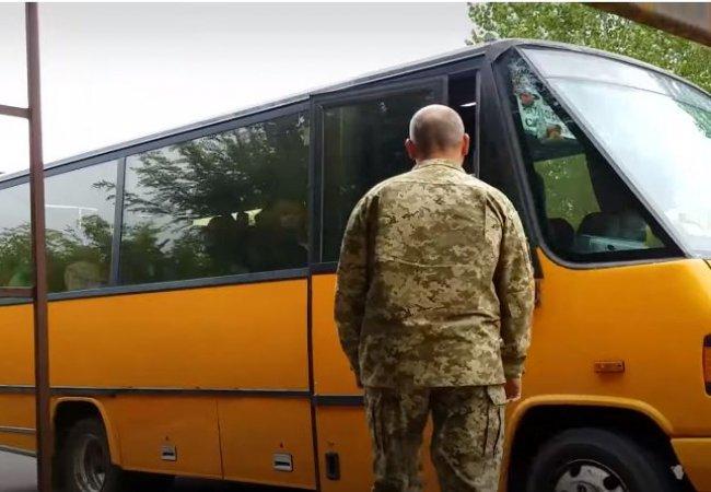 У Рівному чиновник вдягнув військову форму, аби перевірити і провчити водіїв маршруток (відео)
