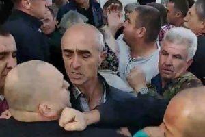У Краковці парафіяни спробували вигнати відстороненого священика з церковного будинку (відео)