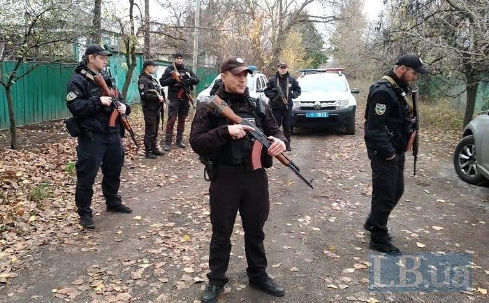 """18 осіб зі зброєю: журналіст повідомив, що в Золотому-4 поліція приїхала """"виселяти """"Азов"""""""