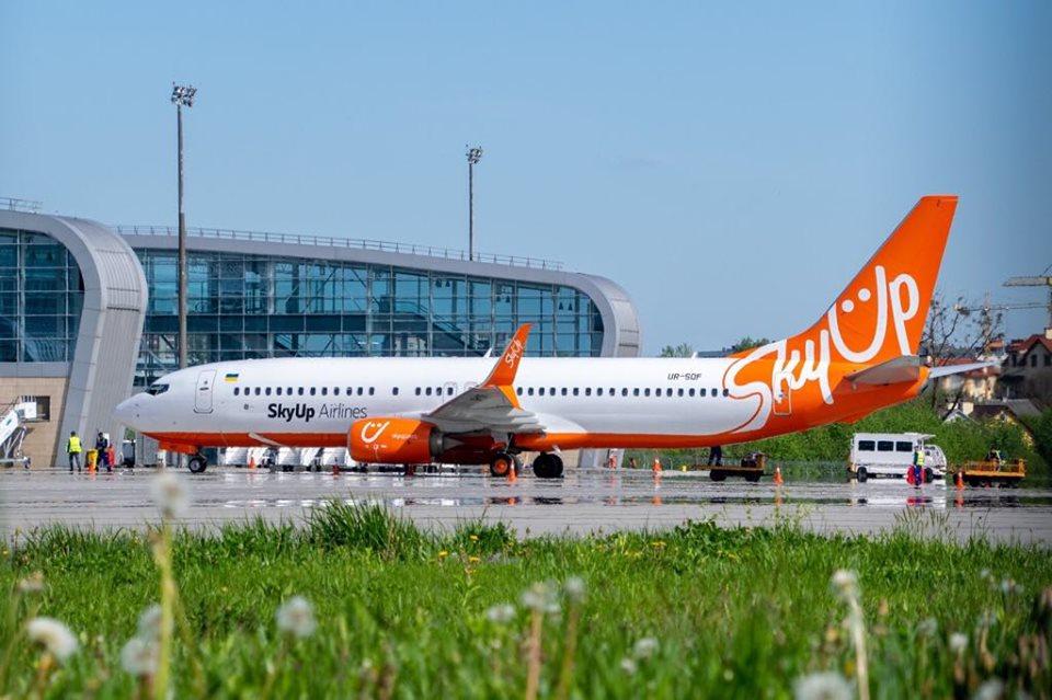 літак авіакомпанії SkyUp в аеропорту імені Данила Галицького