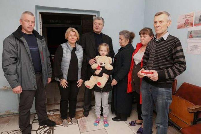 Порошенко подарував будинок родині із Мар'їнки