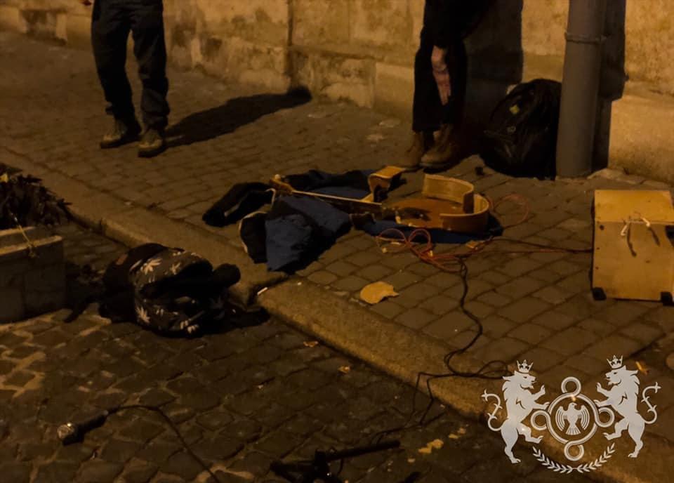 У Львові радикальні націоналісти розбили гітару вуличному музикантові за російські пісні
