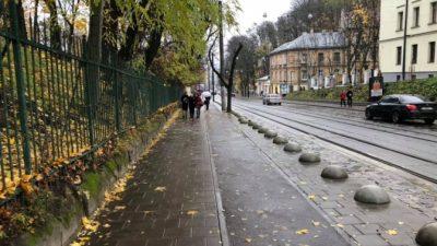У Львові на Коперника встановили обмежувальні стовпці та півкулі. Фото