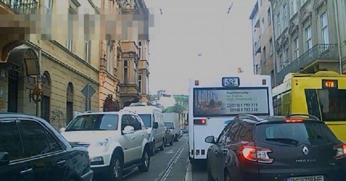 Як львівські водії пропускають спецтранспорт з сиреною (відео)