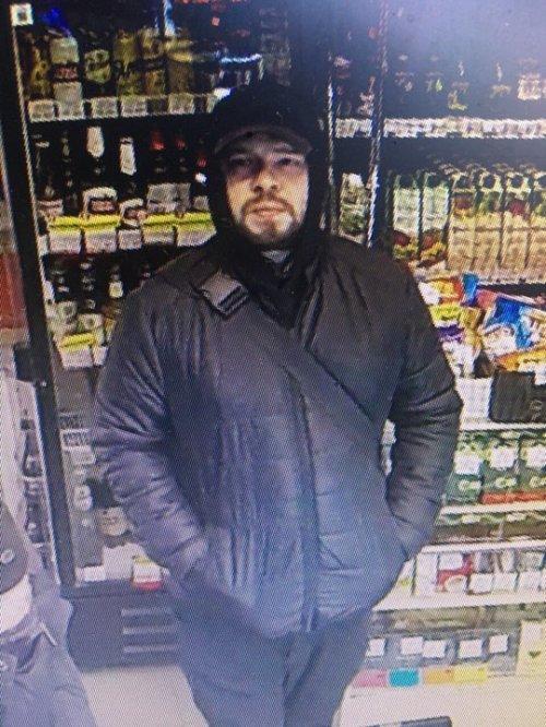 Чоловік на фото пограбував магазин на вул. Володимира Великого, 20