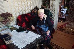 85-річна волонтерка Людмила Ніженець шиє ковдри-обереги українським військовим (відео)