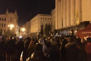 В Києві під Офісом президента почалась акція «Нічна варта»: мітингуючі ставлять намети (відео)