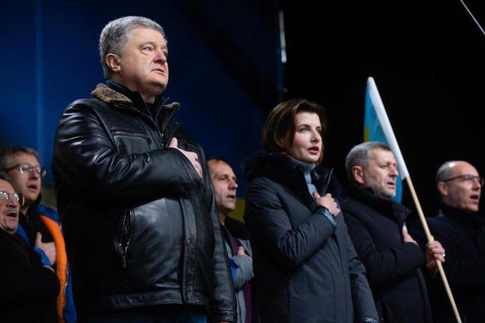 Під час виступу на Майдані у Порошенка жбурнули яйцями (відео)