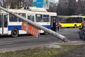 На вулиці Науковій у Львові електроопори впали на тролейбус і авто
